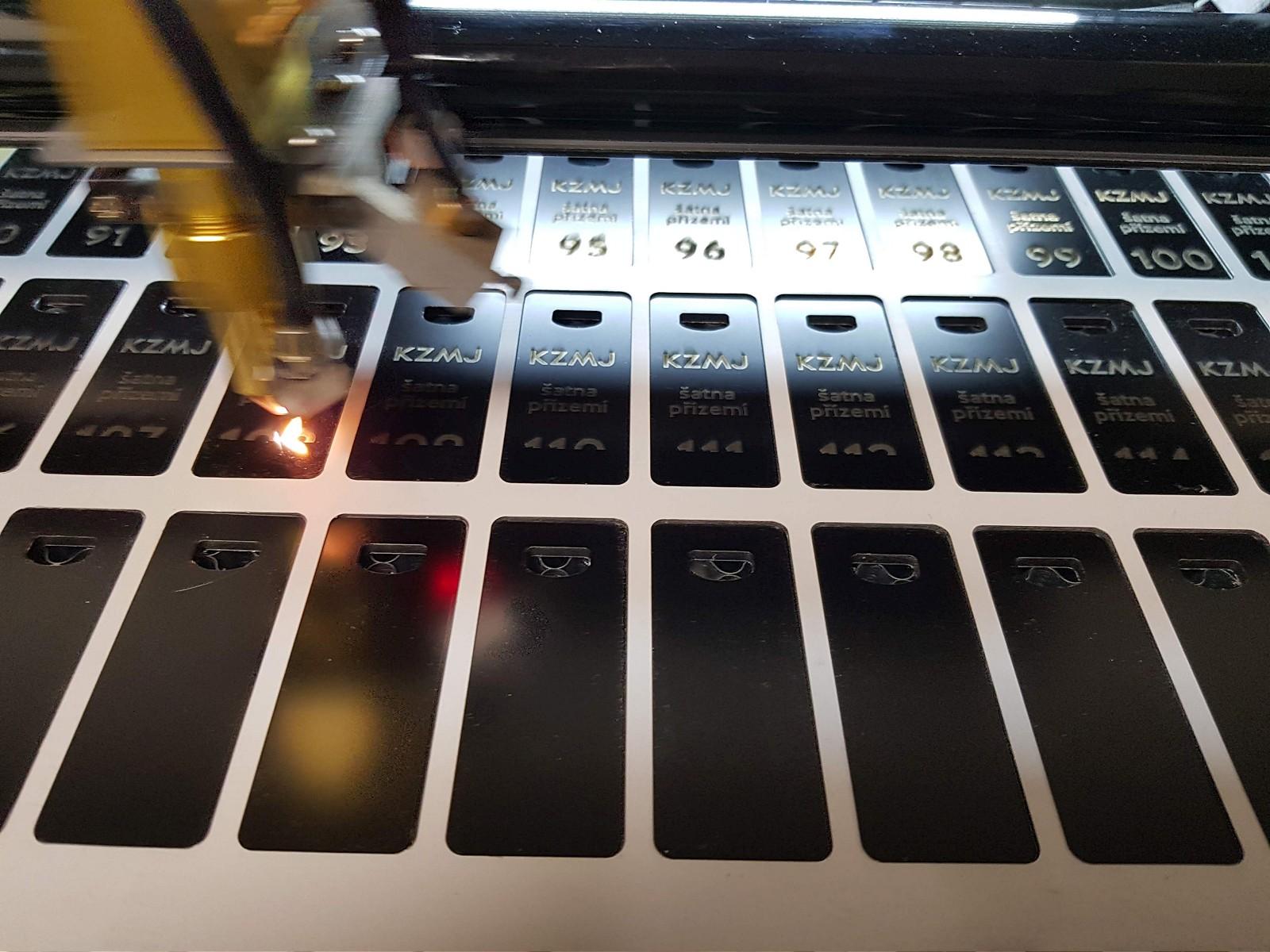 Laserové značení dibondových visaček