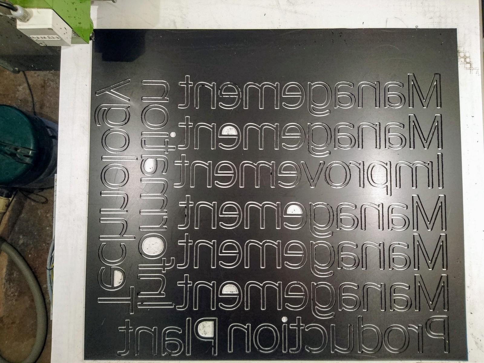 CNC frézování malých písmen z PVC 5mm